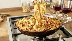 Saftige Kirschtomaten und süß-milde Schalotten geben den Tagliatelle in der cremigen Mascarpone-Pinienkern-Sauce eine mediterrane Note.