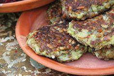Frikadeller med grønne linser og rødbede . Ingredienser (til ca. 8 store linse/rødbede deller) 200 g. revet rødbede 100 g. hakket løg 1 d. linser 2 spsk. kikærtemel* 2 spsk. rismel * ½ dl. vegetabi…