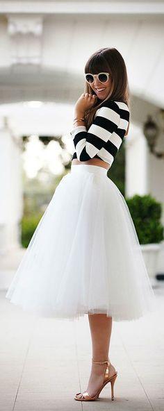 Tendance robes de soirée : Tenue: Top court à rayures horizontales blanc et noir Jupe mi-longue de tulle Sandales à talons en cuir Lunettes de soleil