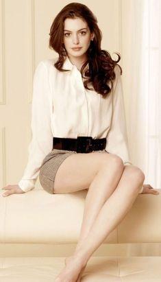 Chica sentada con las piernas cruzadas