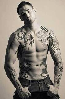 frivole party tattoo rippenbogen mann