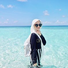 Hijab Fashion Summer, Niqab Fashion, Ootd Poses, Casual Hijab Outfit, Ootd Hijab, Travel Pictures Poses, Model Poses Photography, Beach Ootd, Stylish Girls Photos