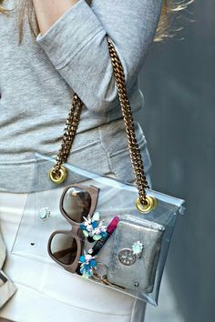 DIY: Chain Strap Swarovski Embellished PVC Clutch ((I really love see through bags, and lately, they are very chic! Diy Purse Chain, Diy Purse Strap, Do It Yourself Mode, Do It Yourself Fashion, Diy Clutch, Clutch Purse, Backpack Purse, Coin Purse, Clear Handbags
