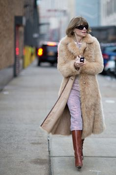 The 19 Best-Dressed People From New York Fashion Week, Day Anna Wintour. Her coat game is strong today. Mature Fashion, Fur Fashion, Vogue Fashion, Winter Fashion, Street Fashion, Ny Style, Love Her Style, Anna Wintor, Anna Wintour Style