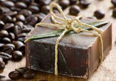 Sabías que puedes darle un nuevo uso al café molido usado y crear un ecológico jabón natural que incluso puede ser muy provechoso para tu piel. Y además