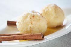 Wer Zimt gerne mag, sollte diese köstlichen #Zimtknödel probieren. Das #Rezept wird mit einer Butter-Vanillezucker-Sauce übergossen.