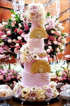 Bolo de 7 andares, com detalhes exclusivos como monograma, leques e muitas flores de açucar, assinados por Simone Amaral - www.instagram.com/simoneamaralofficial - www.fb.com/simoneamaralpatisserie - www.simoneamaralsweets.blogspot.com.br