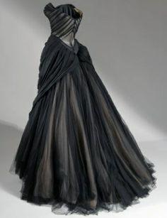 Dior the black swan dress Historical Clothing, Gothic Clothing, Vintage Clothing, Beautiful Dresses, Pretty Dresses, Gorgeous Dress, Fashion Fantasy, K Fashion, 1950s Fashion