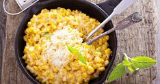 Haşlandıktan sonra tane tane ayıklanan mısırlar, birkaç temel malzemeyle buluşup bilinen adıyla bardakta soslu mısır halini alıyor.