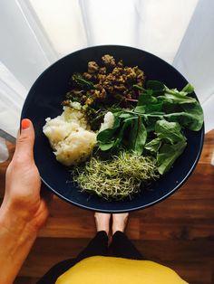 """Sokszor kérdezik tőlünk, hogy """" ti mindig főztök? Hát az nagyon sok idő..."""" A mai ebéd 25 perc alatt készült el, nagyon ízletes és tápanyagdús. Currys, minibrokkolis-bárányragu, rizs (lehet hűtött is), brokkolicsíra, kevert saláta. Egyben válasz az """"akkor most mit…"""
