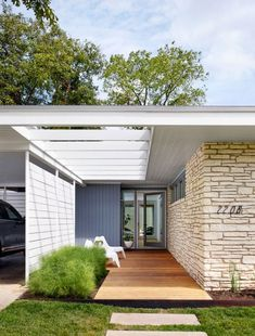 Matt Garcia Design - Sunny Slope remodel (Desire To Inspire) - Like the added rafters and fence wall to create pathway House With Porch, House Front, Front Porch, Porch Roof, Mid Century Modern Design, Modern House Design, Modern Houses, Modern Exterior, Exterior Design
