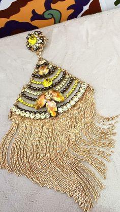 Brinco triangular dourado com amarelo e franjas - Flávia Caldeira