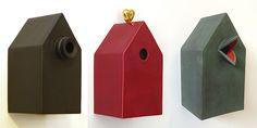 Fuglehus for fugler ute, eller fryd og undring inne   Huset som form og rom for fortelling, har stadig kommet i nye utgaver fra keramikkverkstedet.  De aller fleste husene tåler å henge ute, og da vil gjerne en kjøttmeis, gråmeis eller blåmeis flytte inn. Husene er laget av høybrent