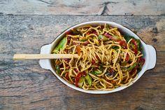Asia-Nudeln aus dem Wok. Ein schnelles und gesundes Essen mit Mie-Nudeln. Fein geschnittenes Gemüse machen das Gericht vitaminreich.