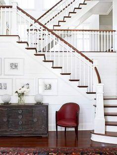 Witte trap met lederen stoeltje  | ELLE Decoration NL