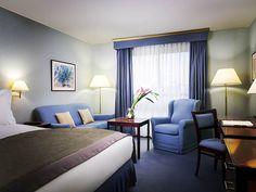 Lit king size dans la chambre classique de l'hôtel Sofitel Warszawa Victoria   Pologne  #Pologne #Poland #Varsovie #Warsaw #Hotel #Chambre #Bedroom #Lit #Bed