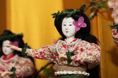 この時期、雛人形を飾ったひな祭りイベントを開催している地域が多く見られます。神社の石段をひな壇に見立て何百体ものひな人形を飾ったものや、何世代にもわたって大事に飾られてきた国宝級のお雛様の公開など、特長のあるイベントが多く、どの開催地もたくさんの人でにぎわっています。 その中の1つ、今年で11回目と