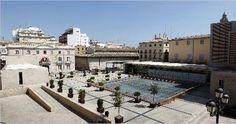 La plaza de la Almoina con el estanque-lucernario sobre las ruinas del foro romano.