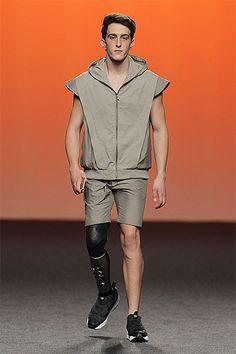 Dos atletas paralímpicos desfilan para el colectivo Exitence Research Program en Mercedes-Benz Fashion Week Madrid: http://www.estiloymoda.com/articulos/existence-research-mbfwm17.php