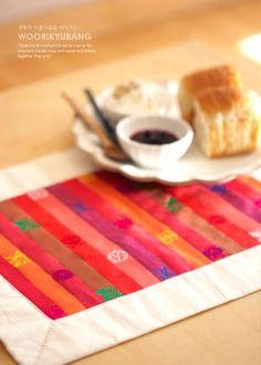 색동원단으로 만든 식매트입니다. 사실 요 식매트의 원단이나 색감은 완전 전통스럽잖아요.. 보통 ...