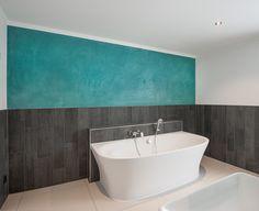 Badezimmergestaltung mit Spachtel/ Marmorierung einer Wand. Inspiration für das Badezimmer. Renovierung Badezimmer