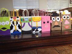 Hecho a mano de juguete historia cumpleaños bolsas a favor. Conjunto de 7 bolsas de: 1 bolso de cada uno un personaje. Puedo hacer pedido especial la misma mezcla o de carácter. Conjunto de 7 bolsas $20,00