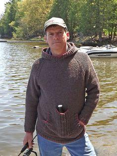 Herresweater med hætte. Skøn hverdagssweater, som mænd vil elske at bo i! (Kvinder kan også bruge den.) Strikket ovenfra og ned med raglanærmer i ret tyk uld. Pind 6½.