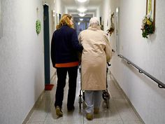 Über einen möglichen Umzug in ein Heim... Senioren frühzeitig Gedanken machen.   | Foto: tmn