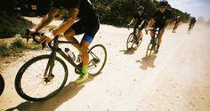 As Gravel Races são uma nova e crescente tendência no mundo do ciclismo de estrada. Sim, estrada! A chegada em peso das Gravel Bikes, também conhecidas como All Road bikes, ou seja, bicicletas que desafiam os limites do que se é possível fazer com uma bike de estrada,   #bike #ciclismo #competição de mtb #dicas de bike #dicas de como pedalar