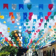 O colorido e a alegria do povo nordestino representado pelas bandeiras das festas juninas no Centro Histórico de São Luis, contrastam com os azulejos dos casarões antigos tornando o cenário encantador.#MakennaeDyxklayNaEstrada #CasalComRodinhasNosPés #NossaVidaÉAndarPorEssePaís #Maranhão #Nordeste #SãoLuis #junho #festasjuninas