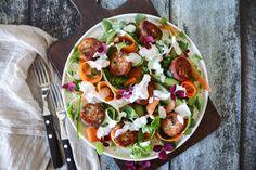 Frisk Og Lækker Salat Med Små Fiskefrikadeller Og Hjemmelavet Dressing Yummy Snacks, Caprese Salad, Vegetable Pizza, Tapas, Food Porn, Paleo, Brunch, Food And Drink, Appetizers