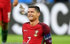 Best moments of Euro 2016 . Best Collection of Funny Euro 2016 Pictures, Cristiano Ronaldo and moth. First aid. Soccer Memes, Soccer Quotes, Sports Memes, Funny Soccer, Portugal Football Team, Cristiano Ronaldo Quotes, World Best Football Player, Euro, Acl Tear