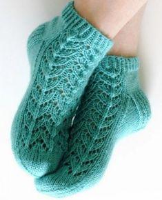Носочки с узором елочка спицами. Вязание спицами.