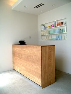 NAUT.interior Salon Interior Design, Cafe Interior, Receptionist Desk, Small Salon, Reception Desk Design, Counter Design, Store Interiors, Store Design, Pallet Counter