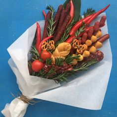 Food Bouquet, Man Bouquet, Gift Bouquet, Kreative Snacks, Vegetable Bouquet, Diy And Crafts, Crafts For Kids, Edible Bouquets, Original Gifts