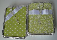 Embalagem marmitinha de alumínio com tampa forrada em tecido, decorada com laço channel e mini terço. <br> <br>Ótima lembrança para nascimento, casamento, batizado, festas em geral. <br> <br>Pode acondicionar docinhos, trufas, bem nascidos ou pequenos presentes como toalhinhas, saches, chaveiros, etc. <br>Caso deseje algum produto do site consulte-nos. <br> <br>Disponível em dois tamanhos: <br> <br>- Mini = R$ 3,50 - Tamanho 12x9cm <br>(acomoda até 6 docinhos tipo brigadeiro) <br> <br…