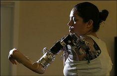 The Washington Postによると、米国在住の女性Claudia Mitchellさん(26歳)が世界で4人目、女性としては初めてのBionic arm(ロボット義手)移植を受けたとのこと。ロボット義手はモーターで肩・肘・手首の運動を再現できるだけでなく、指を動かしてもの掴むことも可能。人間の手を再現した機...