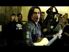 Rick Springfield leads sing-along on NYC subway