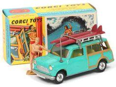 CORGI TOYS (GB) 485 MINI COUNTRYMAN vert turquoise & woody A-.a   avec 2 planches de surf & surfer - pneus séchés - un petit défaut de peinture d'origine sur l'aile arrière droite - 2 rabats de boîte très légèrement froissés Vert Turquoise, Corgi Toys, Mini Countryman, Surfer, Woody, Toddler Bed, Paint, Child Bed, Infant Bed