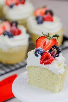 Whipped Cream Frosting with Cream Cheese - Stable & Perfectly Sweet Stable Whipped Cream Frosting, Stabilized Whipped Cream Frosting, Whipped Cream Desserts, Whipped Icing, Custard Desserts, Whipped Cream Cheese, Fun Baking Recipes, Cupcake Recipes, Cupcake Cakes