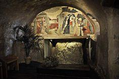Maestro di Narni del 1409 - a sinistra, San Francesco adora il Bambino e Santa Maria Maddalena è in preghiera, a destra, Natività - affresco - Cappella del presepe, Greccio (Rieti, Lazio)- la cappella è stata costruita sul luogo dove Francesco ha festeggiato il Natale nel 1223