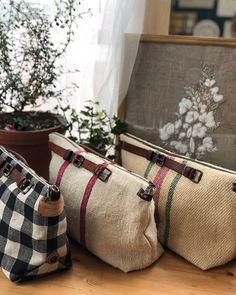 8월 수업으로 준비한 쿠션인데... 벌써 9월이네.. 한달 동안 무슨 일이 있었던건지.. 그래도 날 좋은 9월의 시작~ 하늘은 눈시리도록 푸르고 바람은 시원하기에 9월을 맞이해본다. #라퐁텐에서 #프랑스자수수업 #진행합니다. #매주목요일… Handmade Handbags, Handmade Bags, Creative Bag, Japanese Bag, Burlap Bags, Diy Bags Purses, Sack Bag, Creation Couture, Denim Bag