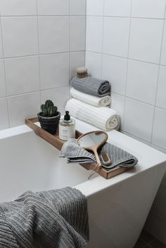 If you have a small bathroom in your home, don't be confuse to change to make it look larger. Not only small bathroom, but also the largest bathrooms have their problems and design flaws. Bad Inspiration, Bathroom Inspiration, Bad Styling, Simple Bathroom, Bathroom Ideas, Shower Ideas, Neutral Bathroom, Bathroom Designs, Parisian Bathroom
