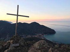 Questa sera vi salutiamo così con il panorama dal Monte Rossola. Zeus e io siamo qui dopo una camminata di un'oretta lui con snack a base di salsiccia e io con birra per chiudere la giornata in bellezza   #OasiLevanto #Levanto #VisitLevanto #Italy #lamiaLiguria #ig_liguria #CinqueTerre #trekking #hiking #outdoor #landscape #cammino #adventure #mountain #outdoors #explore #hike #backpacking #wilderness #trail #trek #naturelovers #italian_places Hotel, Cinque Terre, Snack, Land Scape, Trekking, Wind Turbine, Outdoor, Instagram, Outdoors