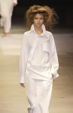 Yohji Yamamoto at Paris Fashion Week Spring 2005 - Runway Photos White Fashion, Love Fashion, Fashion Show, Paris Fashion, Yohji Yamamoto, Mode Alternative, Japanese Fashion Designers, White Shirts, Fashion Details