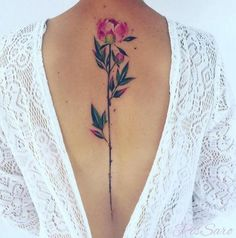 effektvolle weibliche Tattoo Motive, große Blume, rosa und grün, tiefer Rückenausschnitt