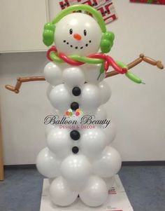 Frosty the SnowMan Balloon Sculpture. Nice touch: ear muffs and color matching scarf, made with twisting balloons. Christmas Float Ideas, Christmas Arts And Crafts, Christmas Crafts, Snowman Decorations, Balloon Decorations, Christmas Decorations, Balloon Columns, Balloon Arch, Twisting Balloons