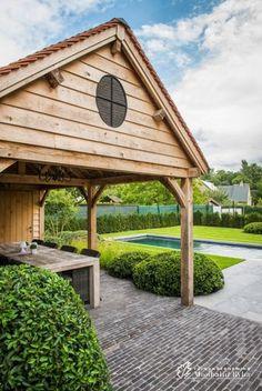 Aangelegde tuinen door tuinonderneming Monbaliu - Relaxtuin met hybride zwemvijver en eiken houten bijgebouw