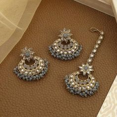 Maang Tikka - Live the trend and shop for designer maang tikka set Tika Jewelry, Indian Jewelry Earrings, Jewelry Design Earrings, Antique Jewellery Designs, Fancy Jewellery, Stylish Jewelry, Indian Bridal Jewelry Sets, Bracelets, Grey
