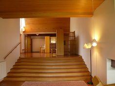 Entrada e escadaria que leva ao living na  Maison Louis Carré projetada por Alvar Aalto. Em Bazoches-sur-Guyonnes, a 40 km de Paris. 1959. Fotografia: W@C no Flickr.